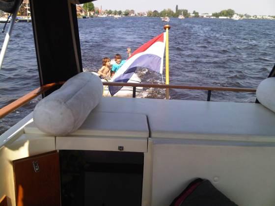 Max en Daan achter de boot