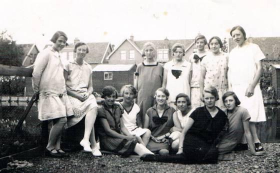 1924-25 Hazina (16-17) met vriendinnen