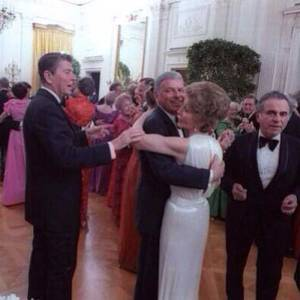 Ronald-Reagan-telling-Frank-Sinatra-to-stop-dancing-with-his-wife-1981