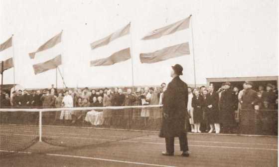 1939 Burgemeester J. Kastelein opent het eerste 2 tennisbanencomplex in Aalsmeer (2015_01_11 11_26_11 UTC)