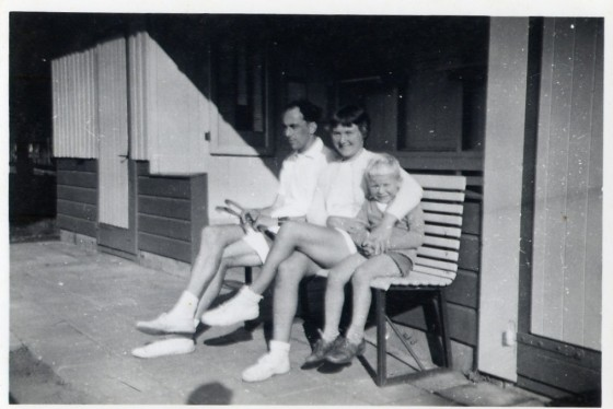 Maas en Joke Poelgeest met zoon Bob 1956