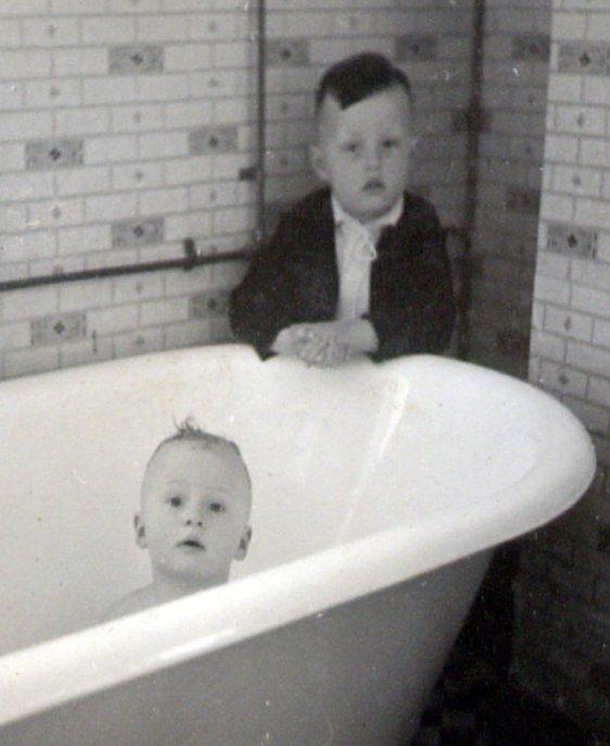 1938 Ed in bad, Nico kijkt toe